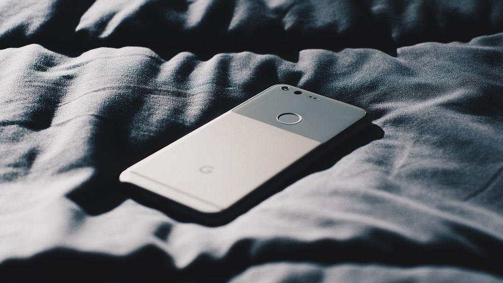 Dormir con el móvil debajo de la almohada: no es aconsejable por varios motivos