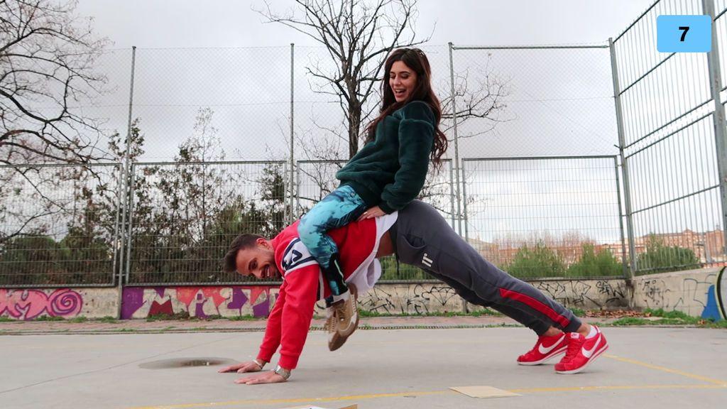 """Bea y Cristian se atreven a hacer el reto del yoga en pareja: """"Si no me tiras, es suficiente"""" (2/2)"""