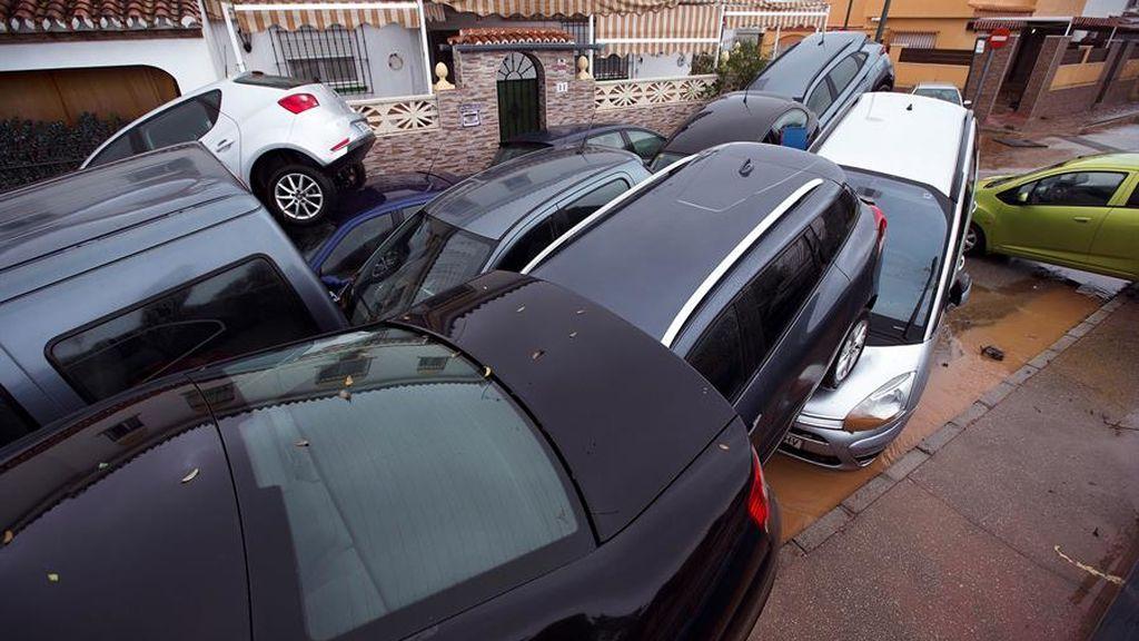 Un colegio inundado, coches a la deriva y bajos destrozados: los daños del temporal en Málaga