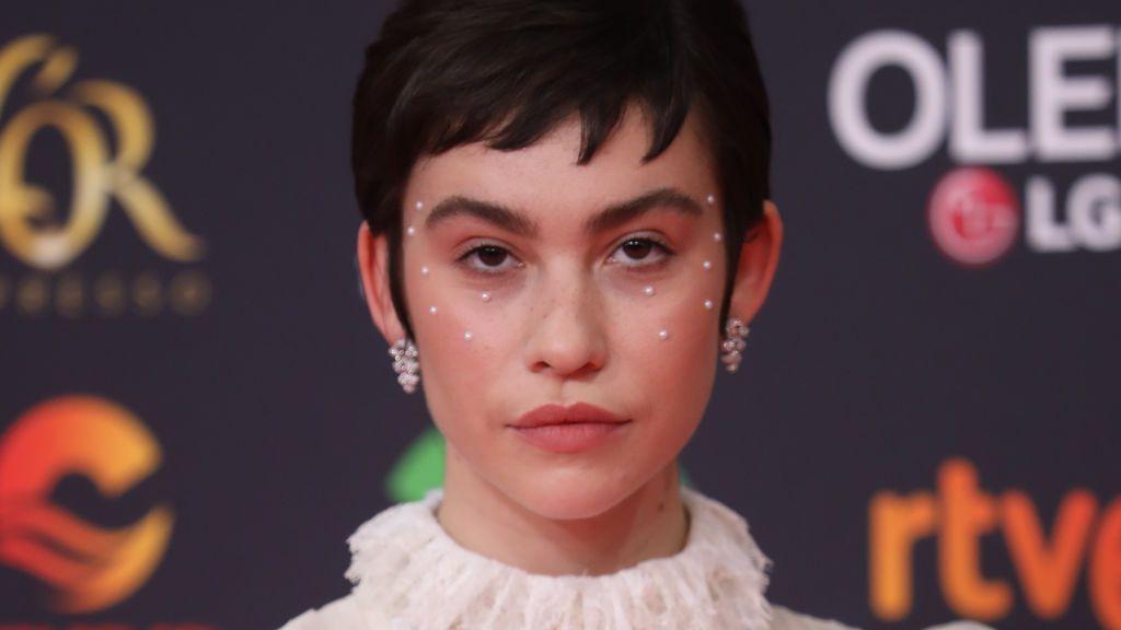 Perlas en la cara, brillantes en el ojo: Greta Fernández y Ester Expósito nos cuentan las tendencias en los Goya