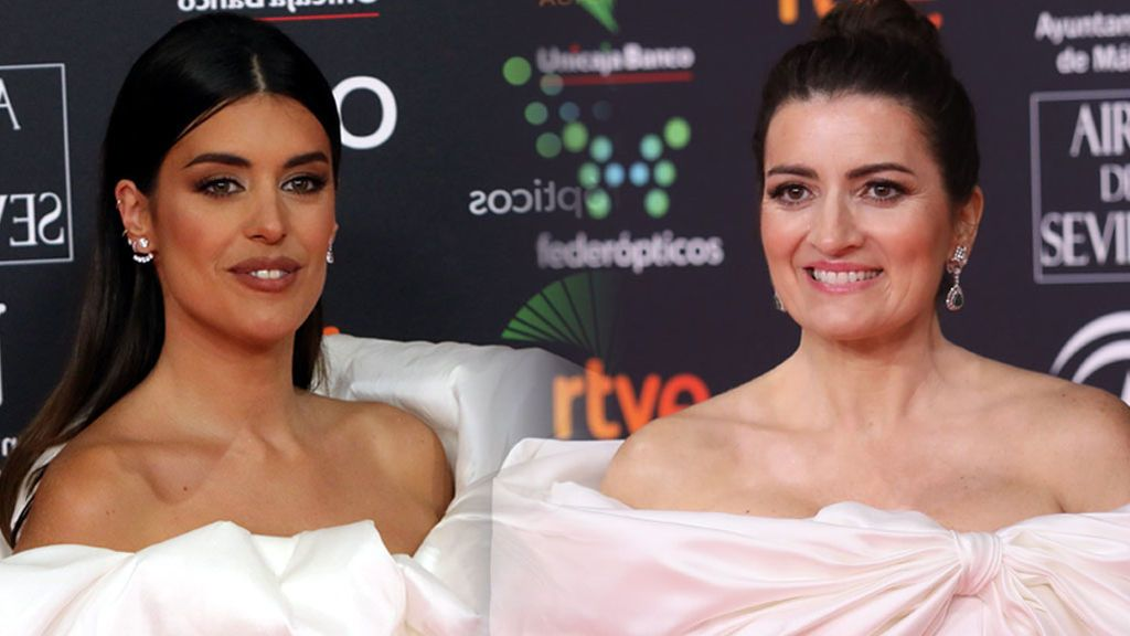 Coincidencia en la alfombra roja de los Goya: Silvia Abril y Dulceida, casi idénticas con su vestido blanco de volantes