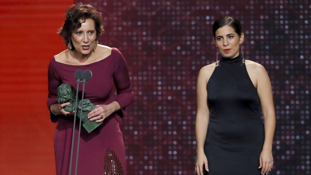 La directora Irene Moray, acompañada por la actriz Elena Martín, recibe el Goya al Mejor corto de ficción por su trabajo en 'Suc de Sindria'