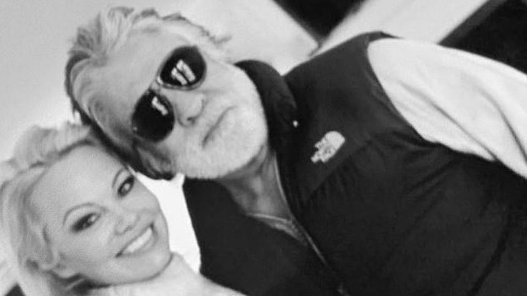 Tras su boda sorpresa, Pamela Anderson publica una foto con su nuevo marido: la ha borrado poco después