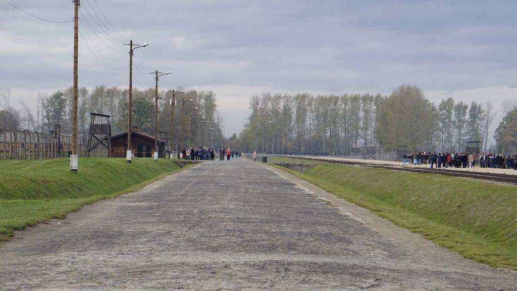 El recorrido hasta las cámaras de gas de Auschwitz-Birkenau