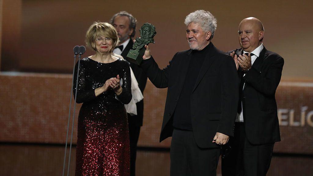 Esther García y Pedro y Agustín Almodóvar, el recoger el Goya a la mejor película.
