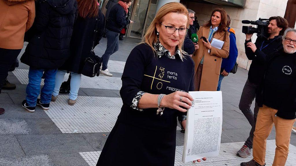 La presidenta de la asociación, Rosa Garrote, muestra la sentencia
