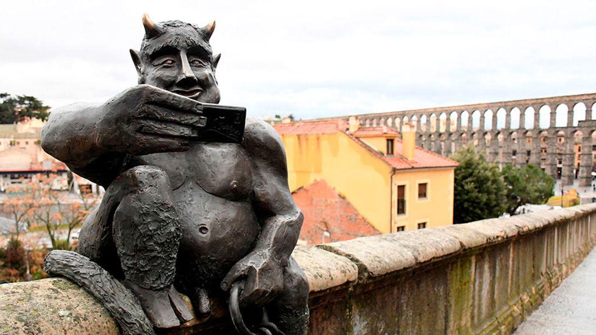 El juez sentencia que el diablillo de los selfies del acueducto de Segovia no ataca la libertad religiosa