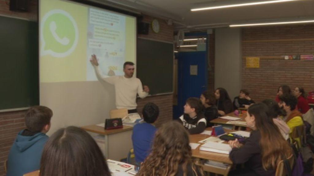 Un profesor de lengua enseña a sus alumnos con temas de Rosalía y series de televisión