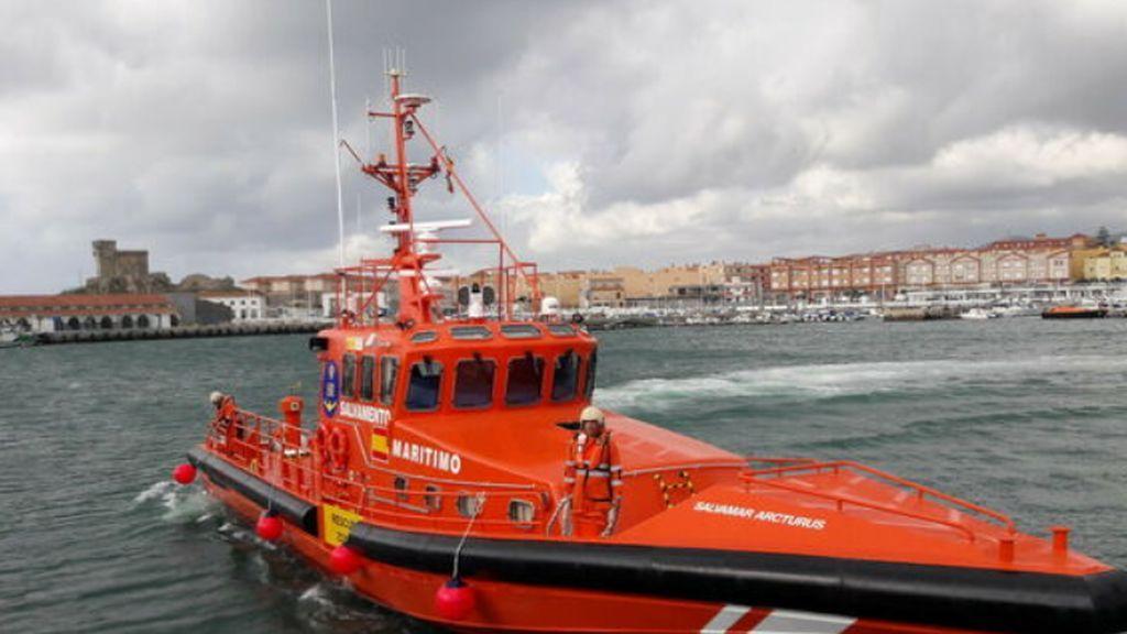 El operativo de búsqueda del pesquero Rúa Mar encuentra un cadáver a siete millas de Tarifa