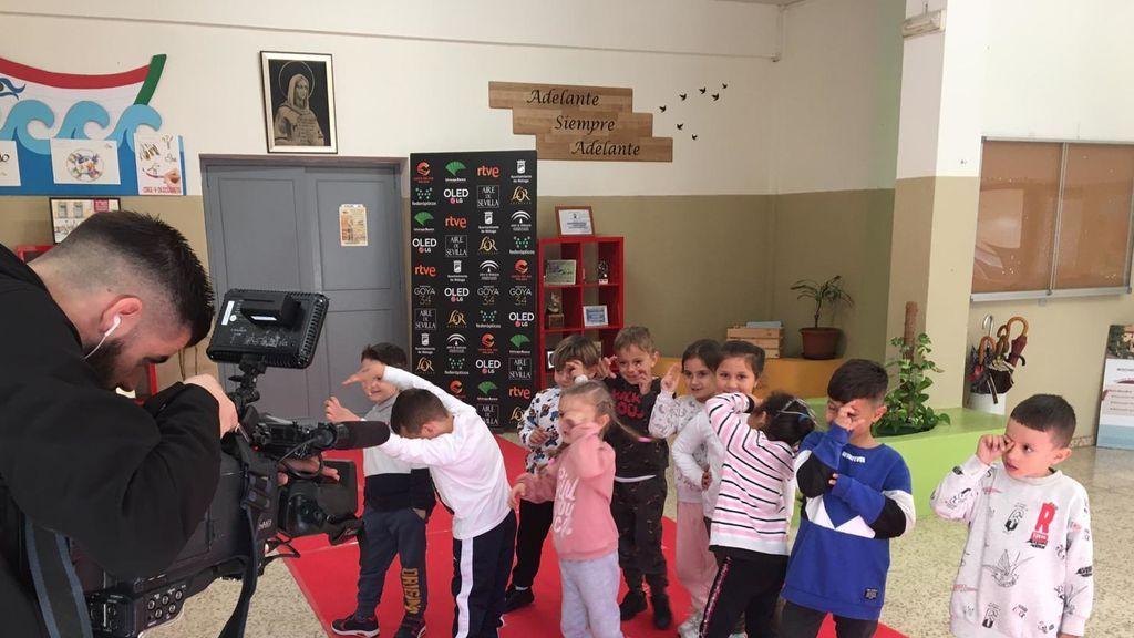 Cuando los más pequeños se convierten en superestrellas: un profesor recicla el decorado de la gala de los Goya en su colegio