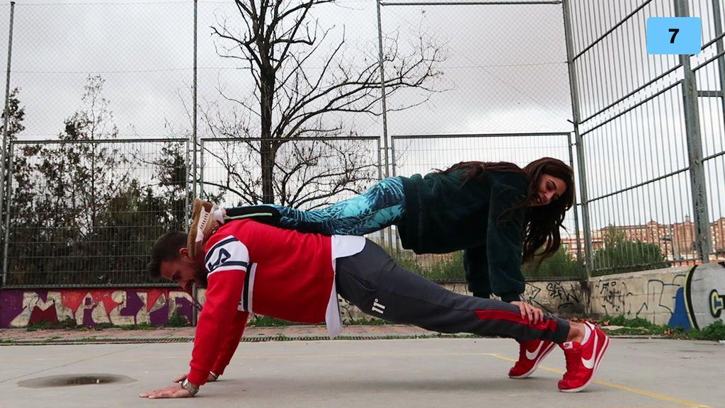 """Bea y Cristian se atreven a hacer el reto del yoga en pareja: """"Si no me tiras, es suficiente"""" (1/2)"""
