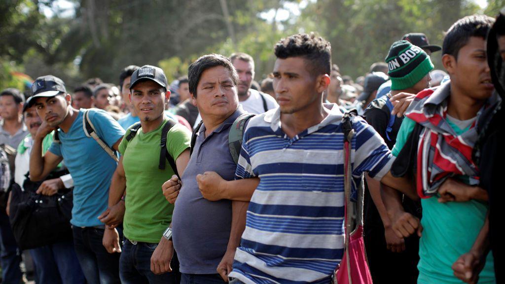 """México retorna a 240 hondureños de la caravana  e identifica 20 """"probables"""" redes de tráfico de personas"""