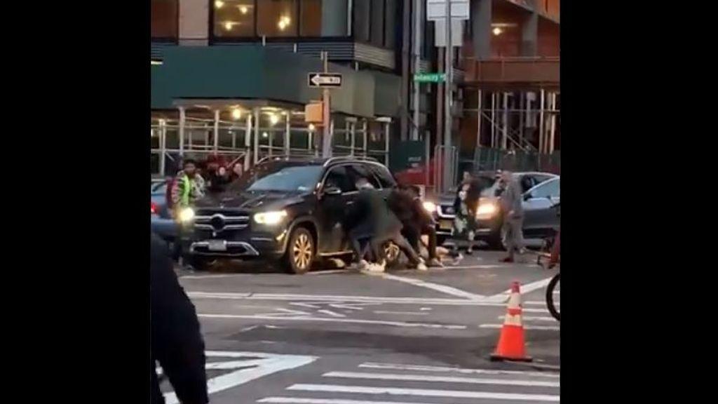 Un rescate de película: salvan a una mujer de morir arrollada por un coche