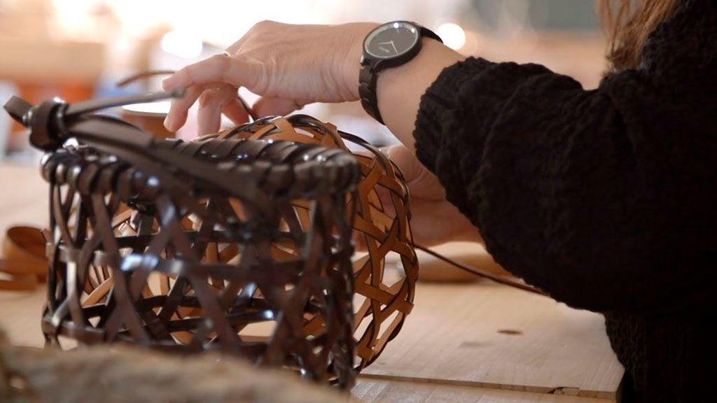 El arte gallego fascina a Loewe: los bolsos de lujo con las técnicas tradicionales de cestería