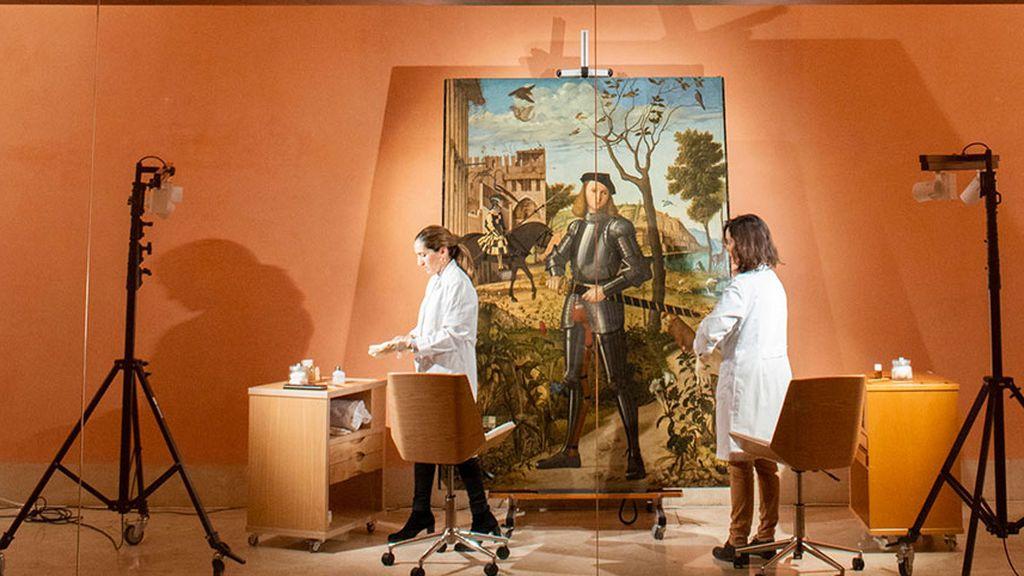 Alejandra Martos, la hija de Raphael, restaura un cuadro a la vista de todos en el MuseoThyssen-Bornemisza