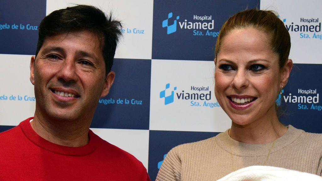 """Pastora Soler presenta a su hija Vega a su salida del hospital: """"Ha pesado tres kilos y es muy buena"""""""