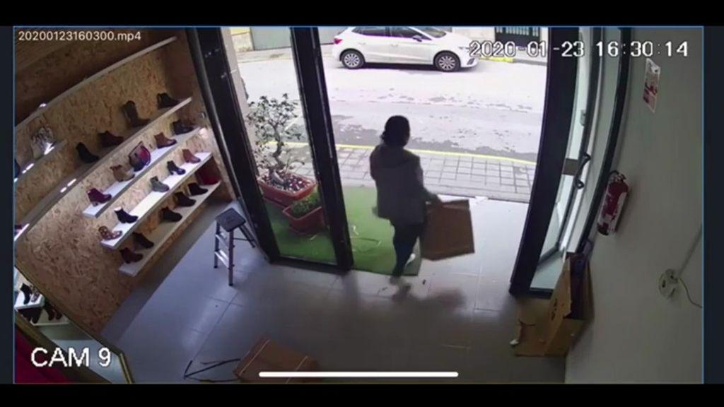 Las imágenes del robo: una mujer roba 40 Satisfyer y los reparte entre sus vecinas