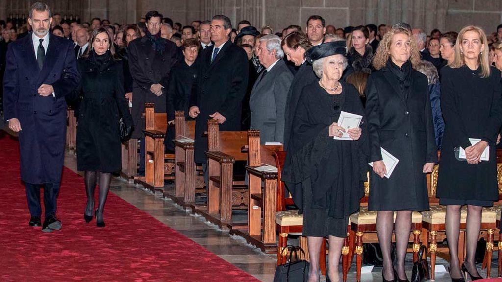 Los reyes a su llegada al funeral de Pilar de Borbón