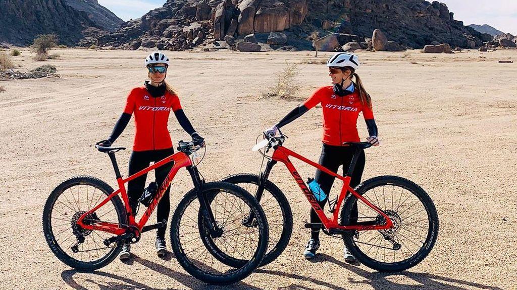 Esmeralda y Diana Vitoria, las hijas del fabricante de bicis retan al desierto y machismo de Arabia Saudí