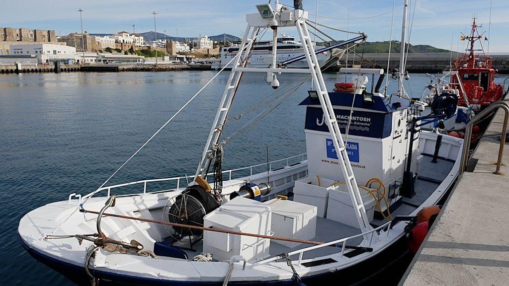 Un barco de pesca en el puerto de Tarifa