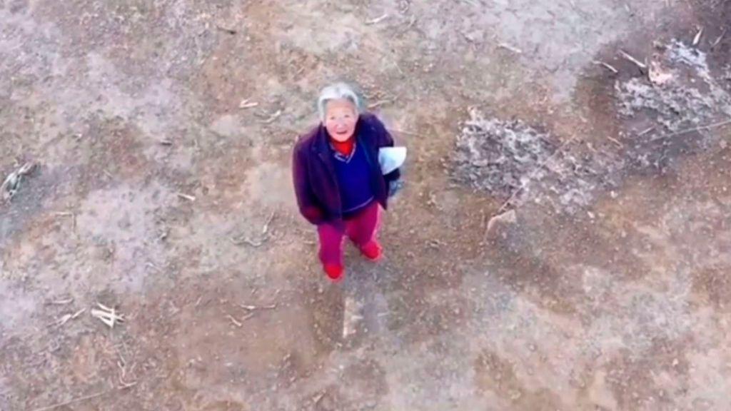 China utiliza drones para fomentar el uso de mascarillas en plena batalla contra el coronavirus