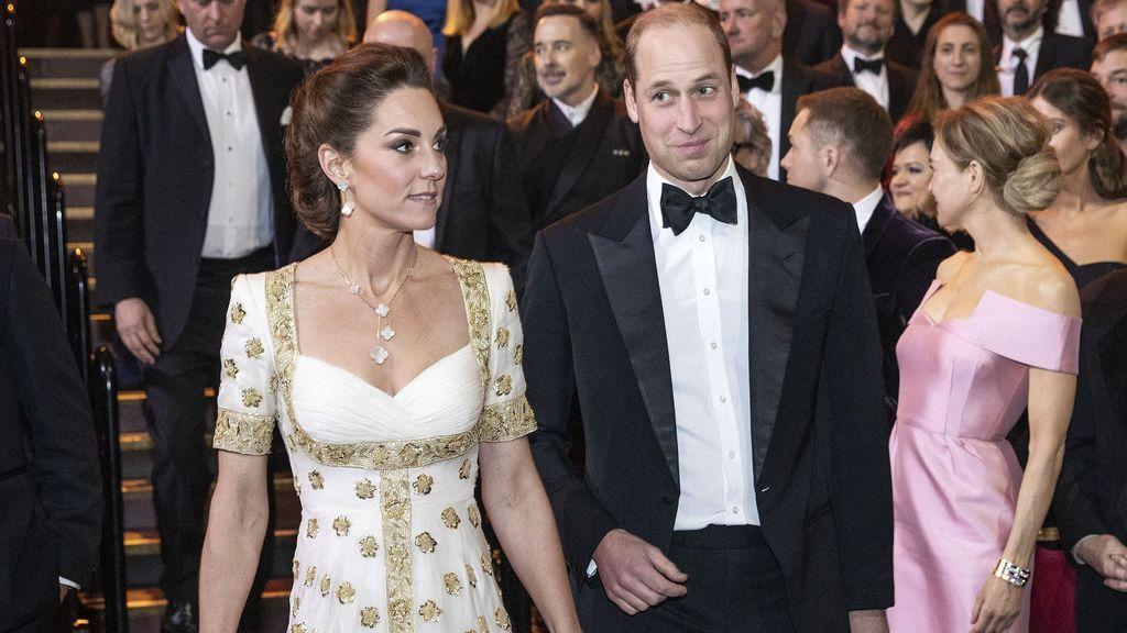 """Brad Pitt provoca las carcajadas de los duques de Cambridge con una broma sobre el príncipe Harry: """"Bienvenidos al club"""""""