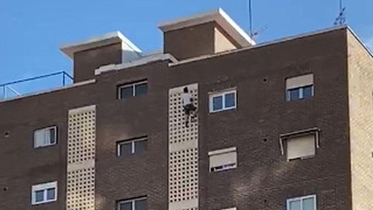 Un joven se descuelga de un undécimo piso en Benidorm para hacerse un selfie
