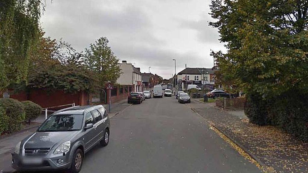 Hieren en la cara a una niña de dos años con un cristal mientras intentaban robarles el vehículo en Birmingham