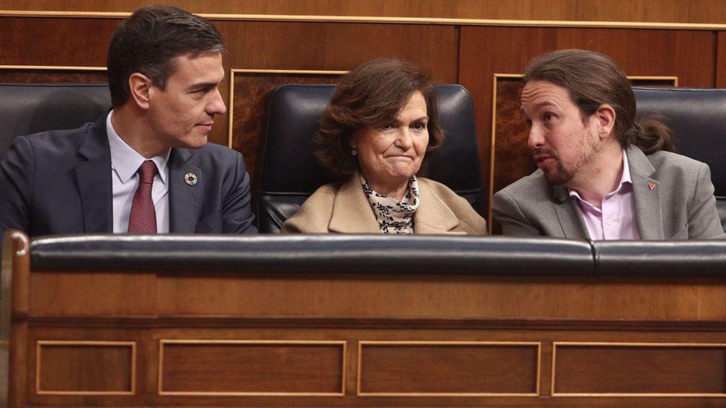 Sánchez, Calvo e Iglesias sentados en el banco azul durante la apertura solemne