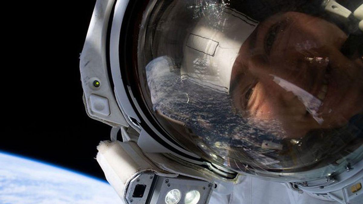 Los selfis de las dos astronautas de la NASA con la Tierra reflejada en los visores de sus cascos