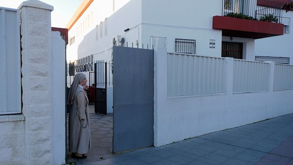 Una de las hermanas a la puerta del colegio