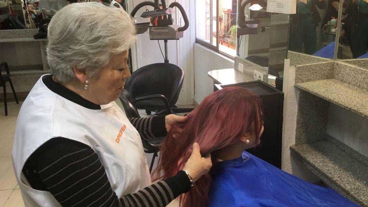 Nunca es tarde para aprender: Rosalía, 74 años y futura peluquera