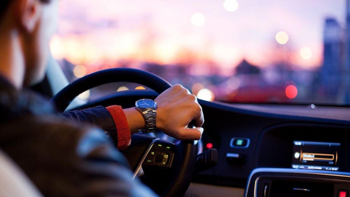 Si comes y conduces puedes ser multado con hasta 600 dólares en Australia