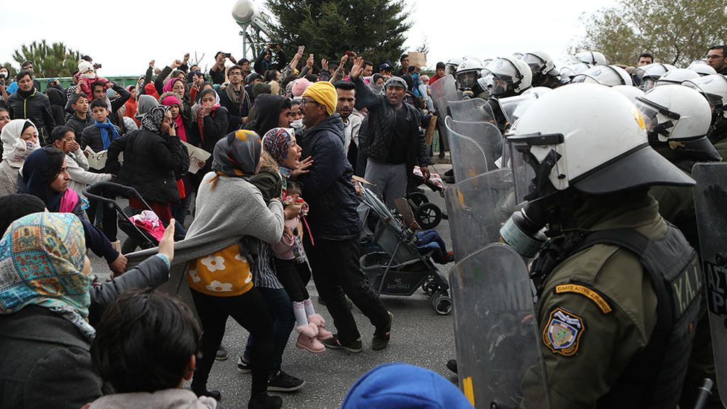 Enfrentamientos entre refugiados y policía en Lesbos