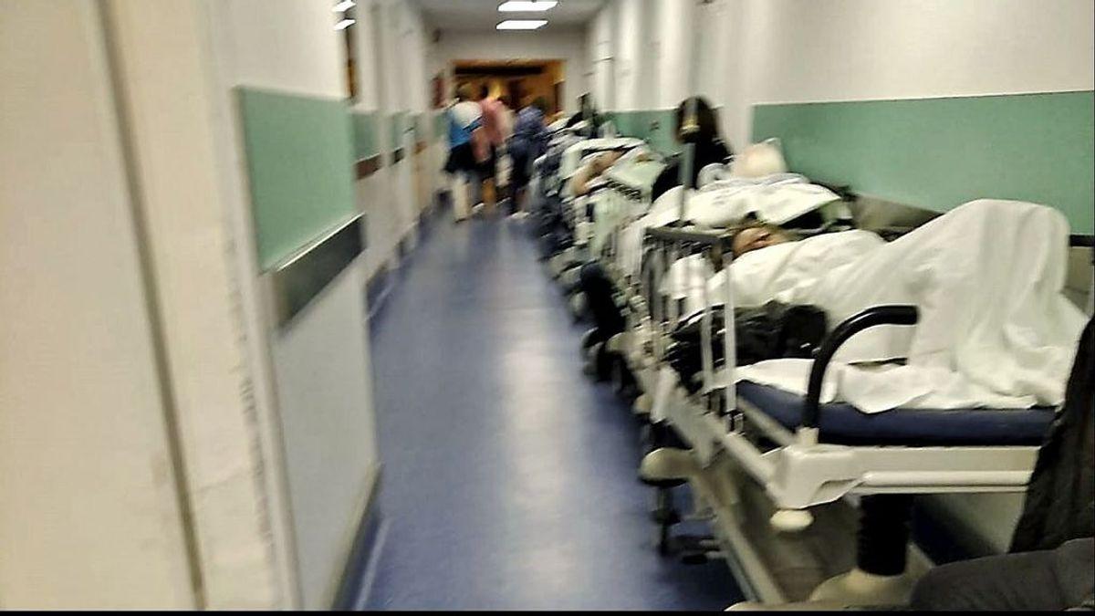 Un paciente muere en los pasillos de Urgencias de Hospital de Santiago