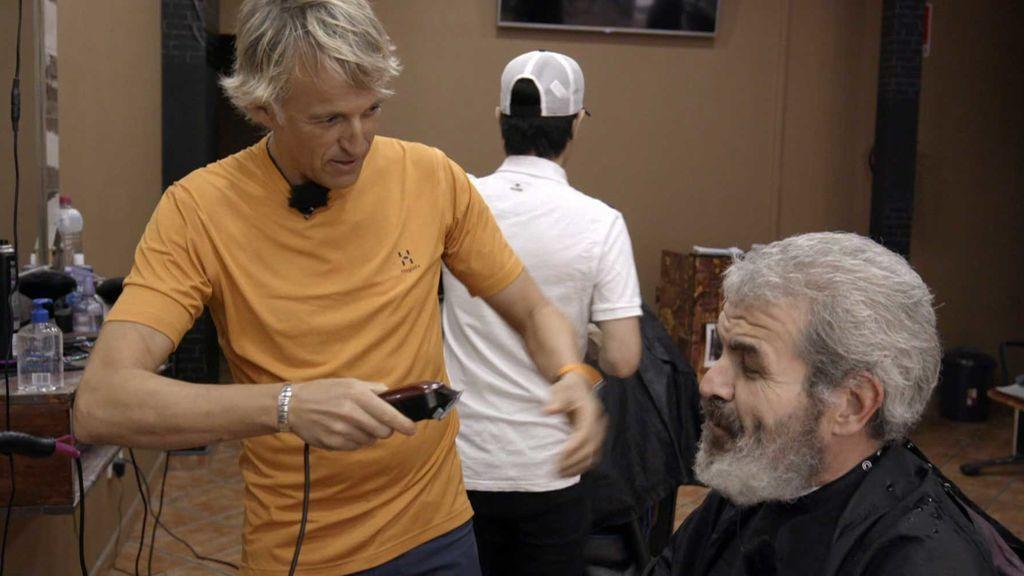 Jesús Calleja vuelve a sus inicios de peluquero y se atreve con Lorenzo Caprile