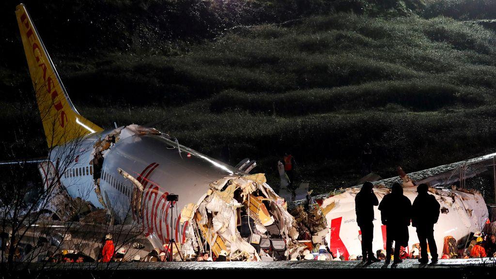 Las sobrecogedoras imágenes del avión partido en tres cachos al aterrizar en Estambul