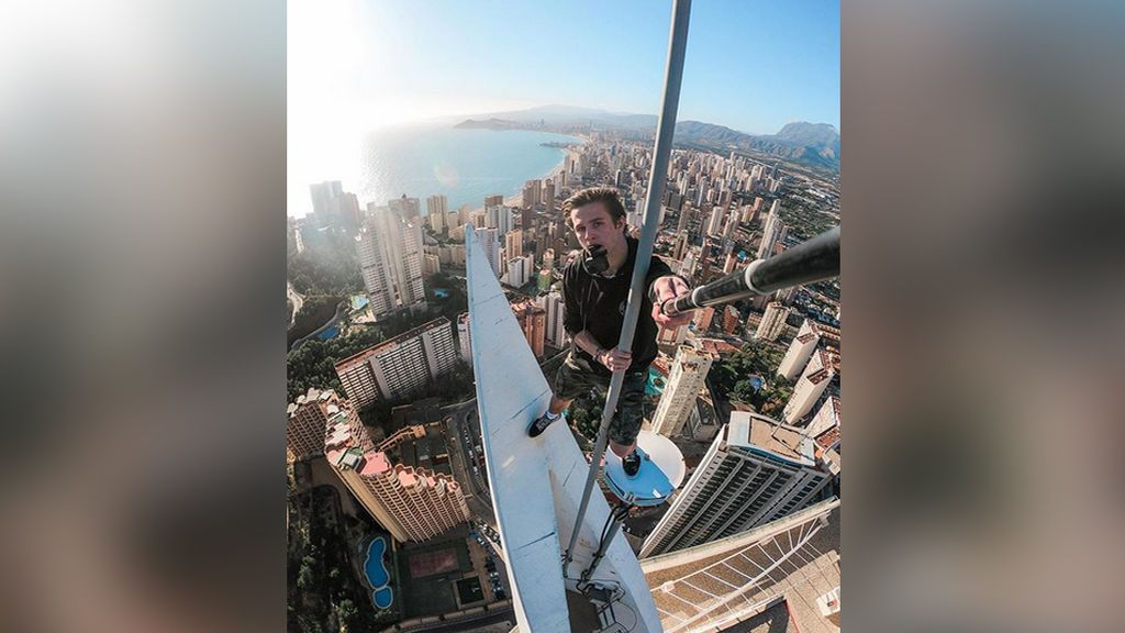 Vuelve a jugarse la vida en Benidorm el instagramer que escaló un edificio de 11 plantas para hacerse un selfi