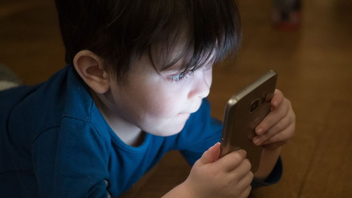 Tiene 10 años y ya tiene un móvil: ¿Se nos está yendo de las manos?