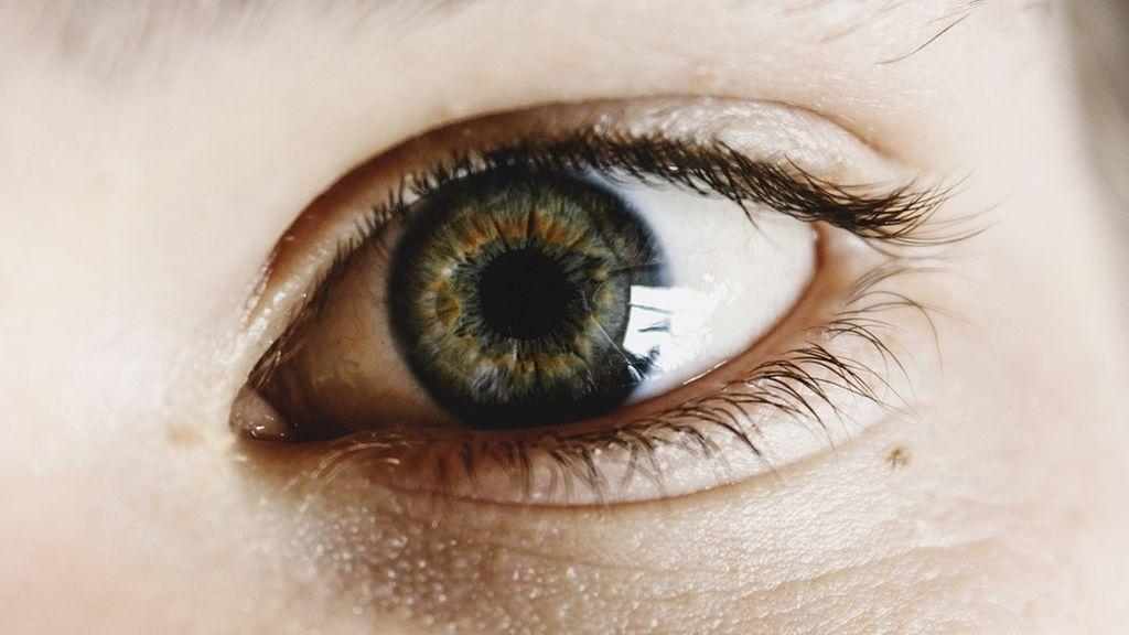 Frotarse los ojos, un hábito muy común que los expertos desaconsejan: podría provocar daños en la córnea