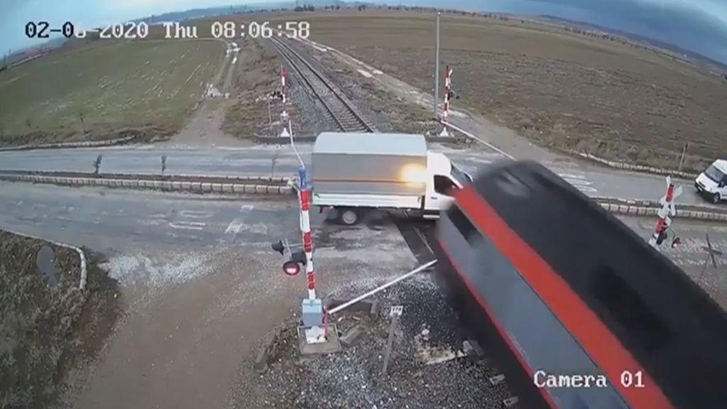 Milagro en un paso a nivel en Turquía: un tren arrolla a una furgoneta y el conductor se salva