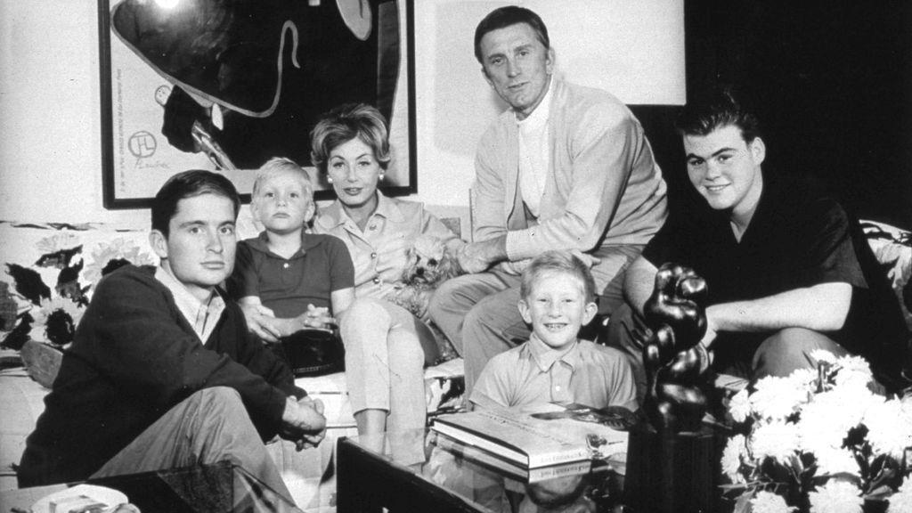 Kirk Douglas junto a toda su familia en 1961