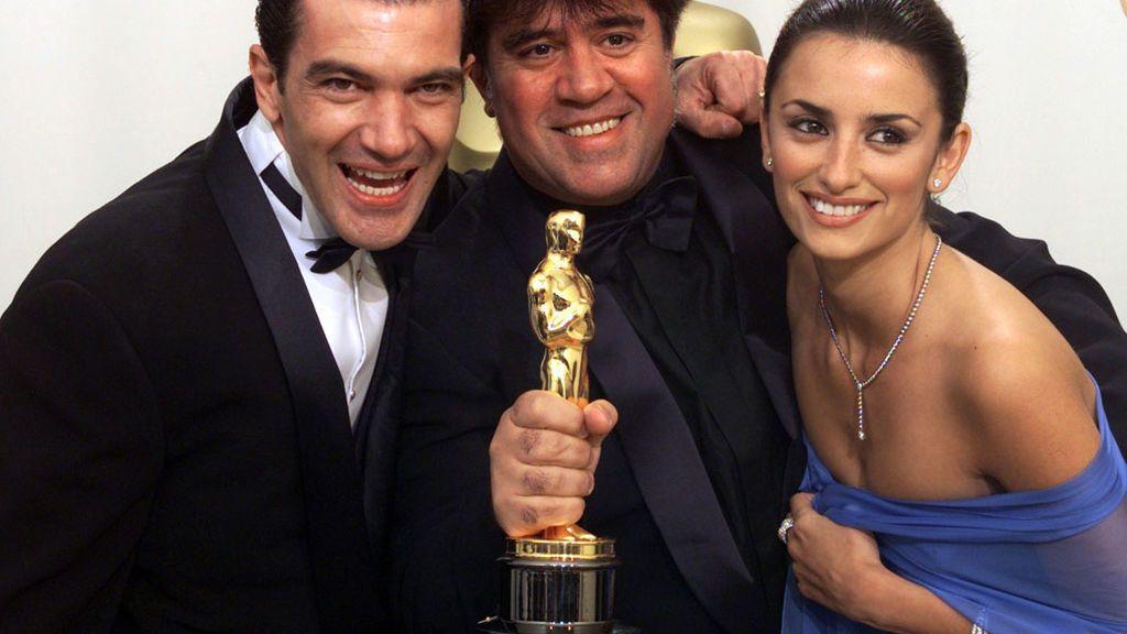 Penélope Cruz, Antonio Banderas y Pedro Almodóvar, en los Oscars de 2000