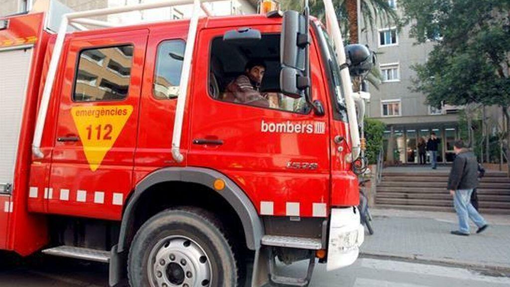 Prenden fuego a una casa con un hombre maniatado en su interior en Barcelona