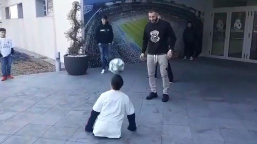 El gesto de Karim Benzema con un niño sin piernas: toques y malabares con el balón