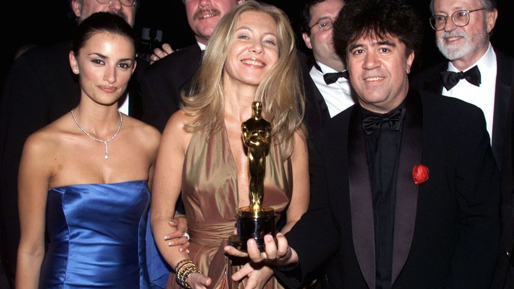Penélope Cruz, Cecilia Roth y Pedro Almodóvar, en los Oscars de 2000