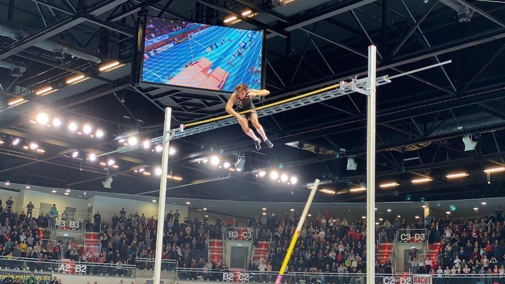 Armand Duplantis rompe el récord mundial de salto de pértiga de todos los tiempos con 6.17 metros