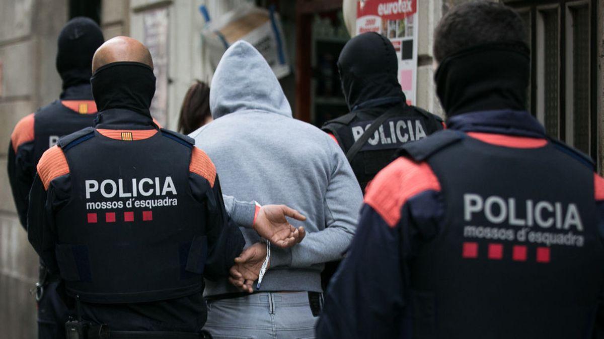 El sospechoso de intentar quemar vivo a un hombre en Barcelona, entre los 12 detenidos en la operación contra los narcopisos