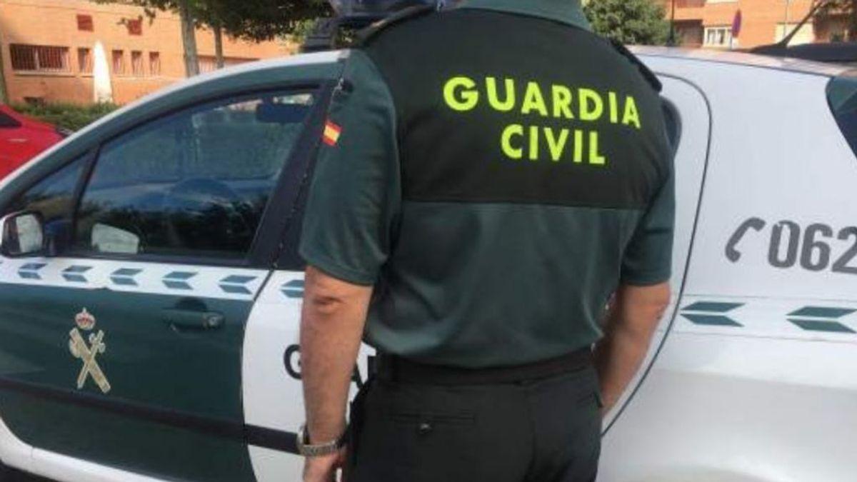 Agentes de la Guardia Civil asisten a una mujer que sufrió un ataque epiléptico en un autobús de Asturias