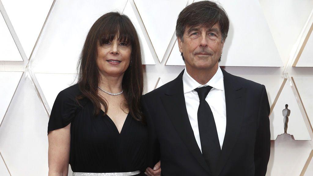 Thomas Newman y  Ann Marie Zirbesa posan en la alfombra roja de los Premios Óscar 2020